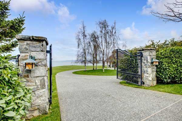 entree maison portail allee beton desactivé
