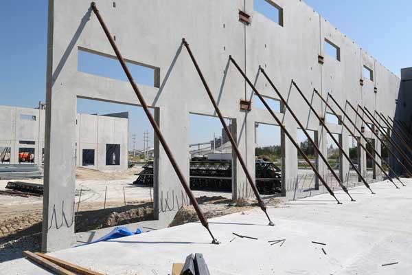 mur beton prefabrique avec etais
