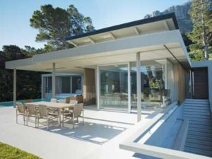 terrasse maison avec table et baie vitrée