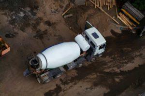 camion toupie beton sur chantier