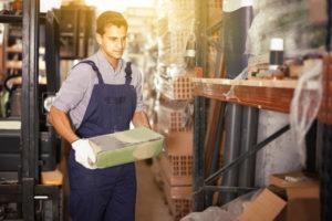 personnel magasin bricolage transportant sac ciment