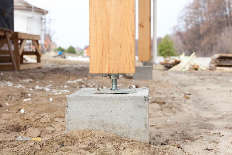 fixation d'un poteau en bois au sol